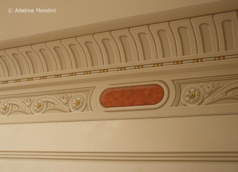 Fregio classico dipinto su parete e guscia