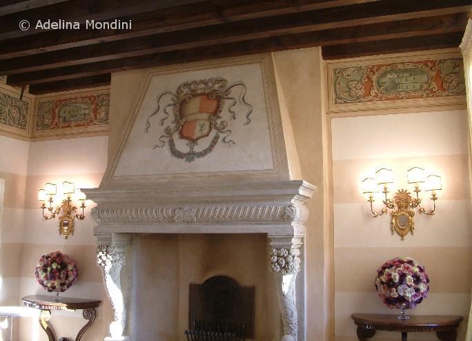 Fregio e stemma dipinti su parete